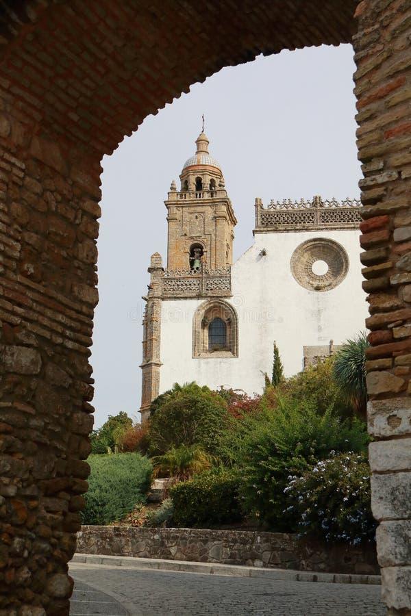 Die Gemeinde-Kirche von Santa Maria La Mayor La Coronada ist im Quadrat des gleichen Namens, in der Stadt von Medina Sidonia, SP lizenzfreie stockbilder