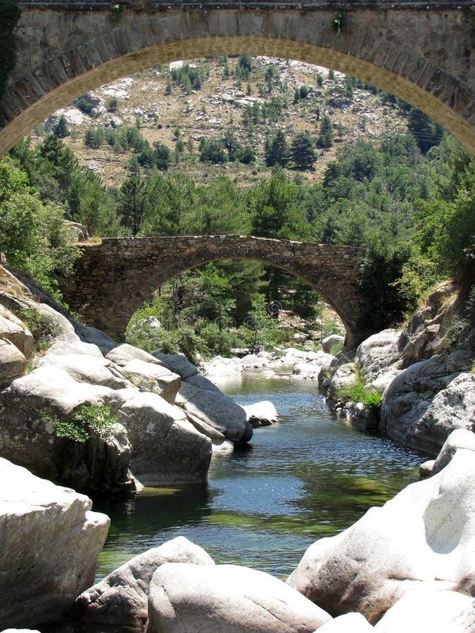 Die Genoese Brücke von Albertacce auf Golo River nahe Casamaccioli, Korsika x lizenzfreie stockbilder