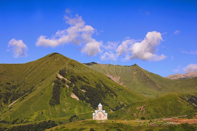 Die georgische Kirche ist in den Bergen hoch lizenzfreie stockbilder