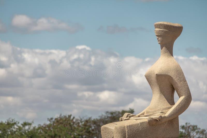 Die Gerechtigkeit Sculpture vor Brasilien-Oberstem Gericht - Supremo-Tribunal föderativ - STF - Brasilien, Distrito föderativ, Br lizenzfreies stockfoto