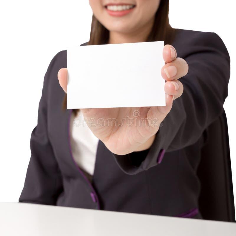 Die Geschäftsfrau, die eine leere Karte hält, fokussieren leere Karte stockfoto