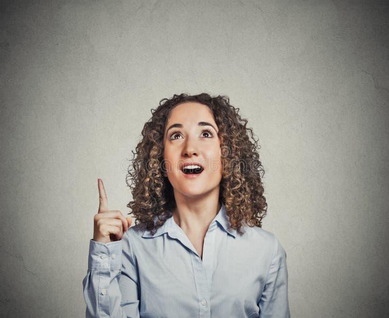 Die Geschäftsfrau, die gutes Idee aha hat, dachte, Zeigefinger oben zeigend lizenzfreies stockbild