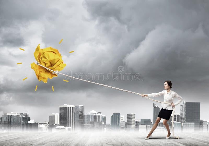Die Geschäftsfrau, die Papierball mit Seil zieht und ihn macht, heben oben an lizenzfreie stockbilder