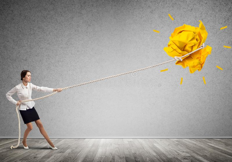 Die Geschäftsfrau, die Papierball mit Seil zieht und ihn macht, heben oben an lizenzfreies stockfoto