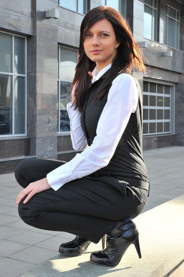 Die Geschäftsfrau Sitzt Nahe Gelegenes Mittegeschäft Innen Kostenlose Stockfotografie