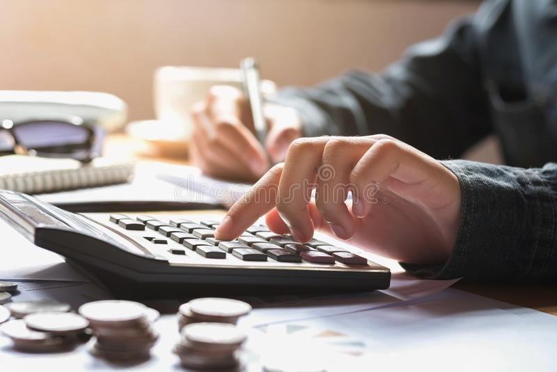 die Geschäftsfrau, die Taschenrechner für verwendet, berechnen Finanzbuchhaltung stockbild
