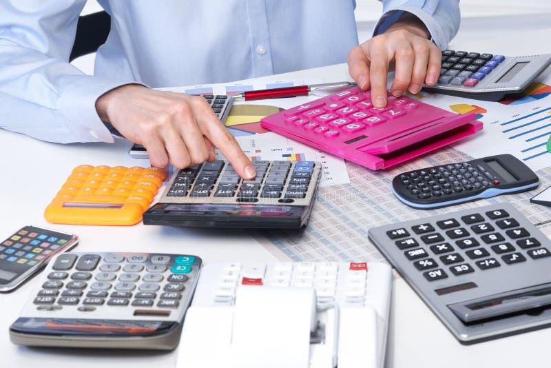 Die Geschäftsfrau und die Taschenrechner stockbilder