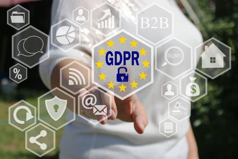 Die Geschäftsfrau wählt das GDPR auf dem Touch Screen Allgemeine Daten-Schutz-Regelungskonzept lizenzfreie stockfotos