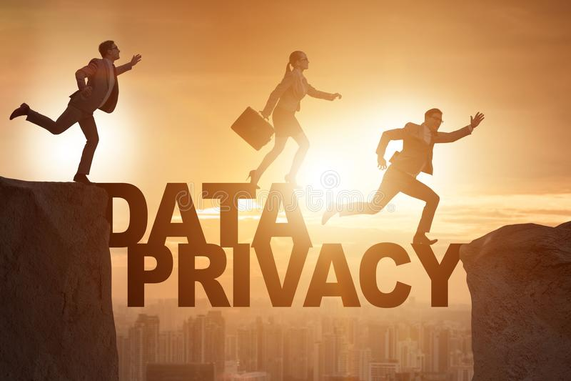Die Geschäftsleute, die Verantwortung für Datenschutz entgehen lizenzfreies stockbild