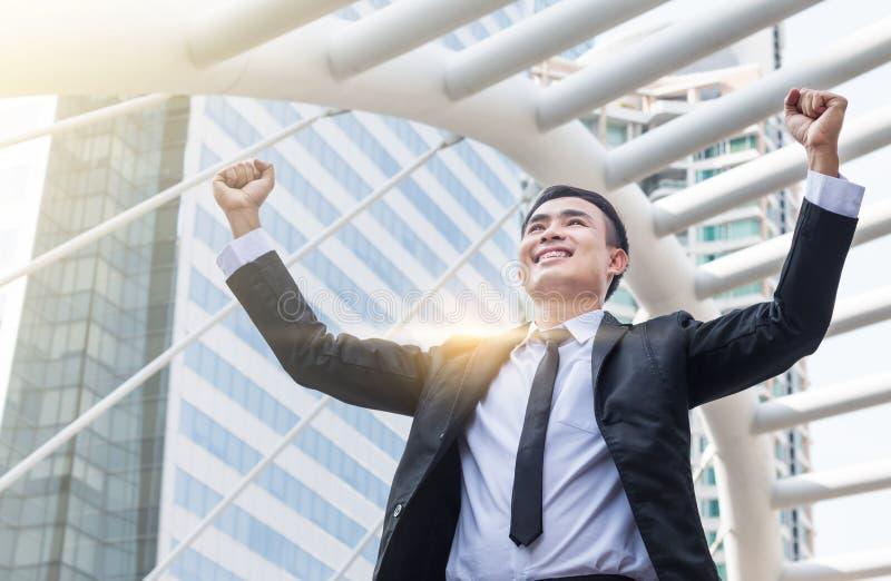 Die Geschäftsmänner sind Lächeln und Verpflichtung zum Erfolg an der Stadt lizenzfreie stockbilder
