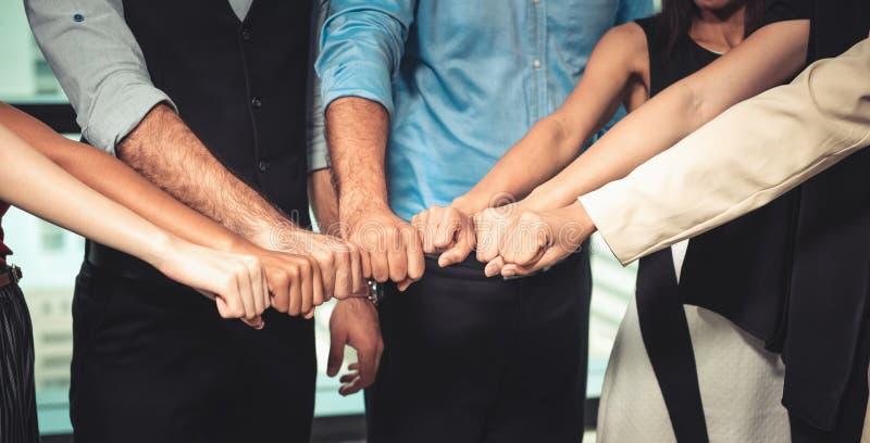 Die Gesch?fts-Teamwork und Partner, die Faust-Sto? nach dem kompletten Vereinbarungs-Abkommen geben, Wirtschaftler schlie?en sich stockfotografie