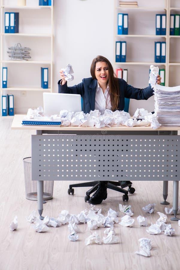 Die Gesch?ftsfrau, die neue Ideen mit vielen Papieren zur?ckweist stockfotos