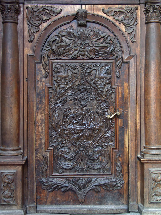 Die geschlossene gewölbte Tür stockfotos