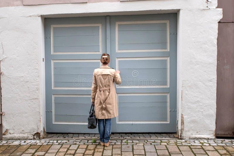 Die geschlossene Haustür, ließ mich herein lizenzfreie stockbilder