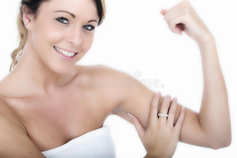 Die gesunder Sitz-junge Frau, die sie überprüft, tonte Arme stockfoto