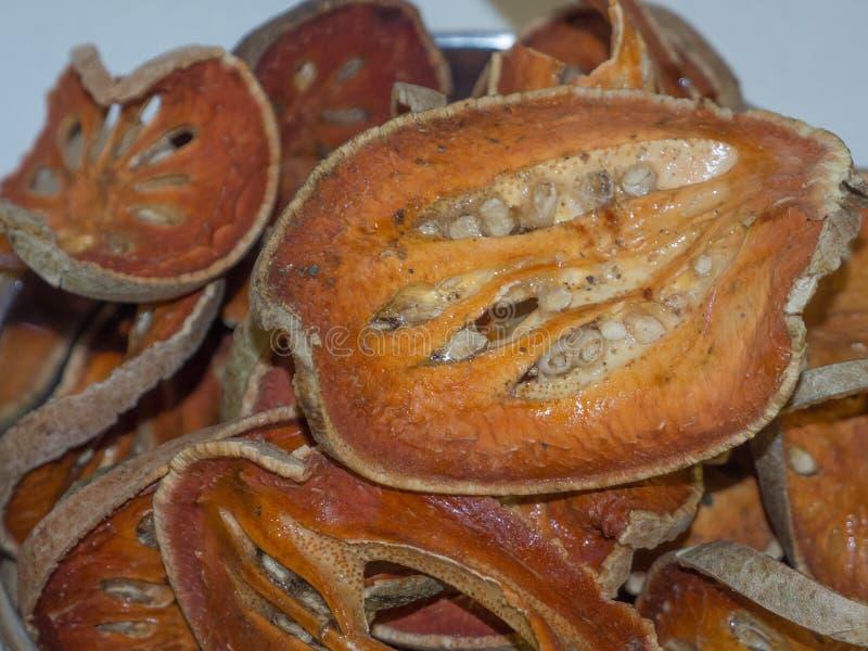 Die getrockneten bael Frucht Aegle-marmelos im Abschluss oben stockfotos