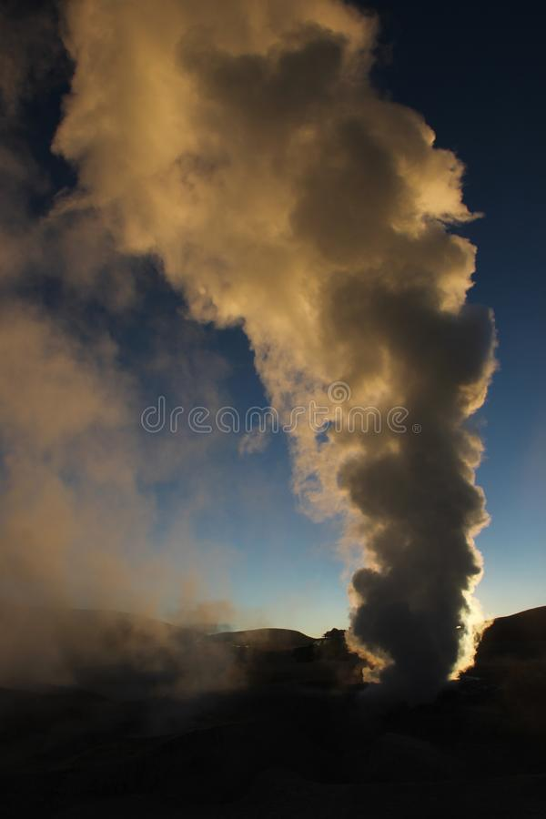 Die Geysire bei Sol de la Manana lizenzfreie stockfotografie