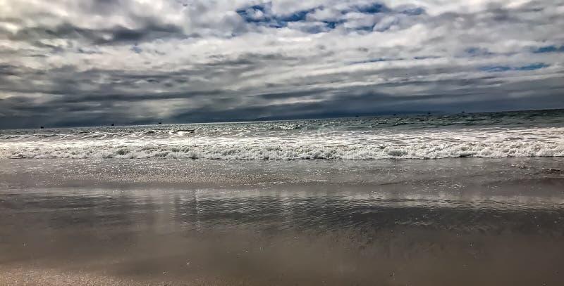 Die Gezeiten und die Wellen von einem Kalifornien setzen auf den Strand stockbild