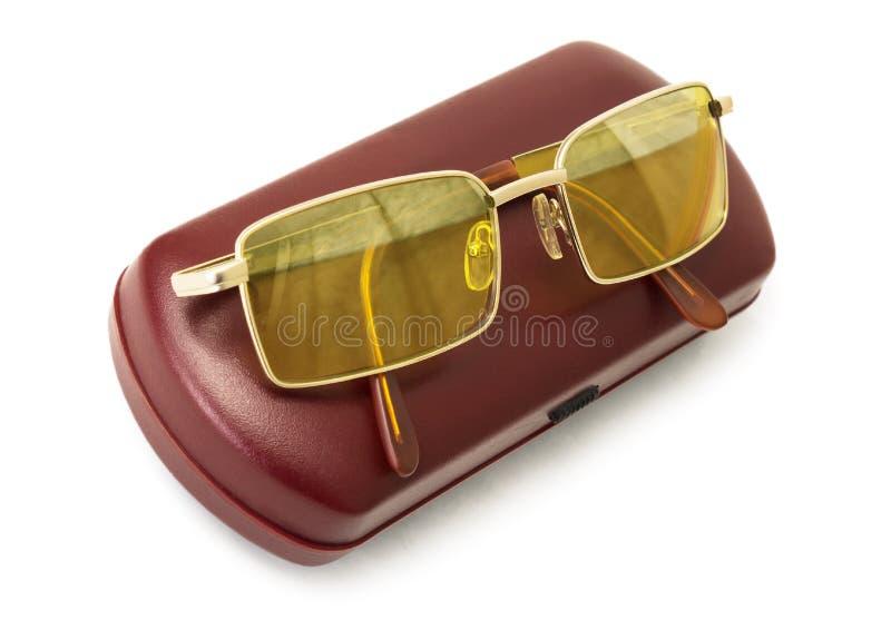 Die Gläser des gelben Blendschutzfahrers auf dem roten Kasten stockfotografie