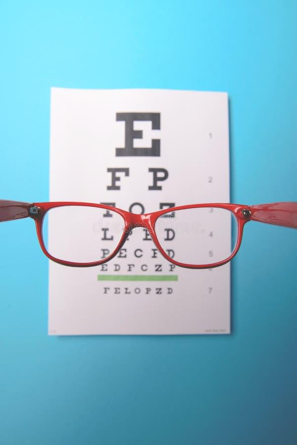 die Gläser, die an liegen, snellen Testseite stockbild