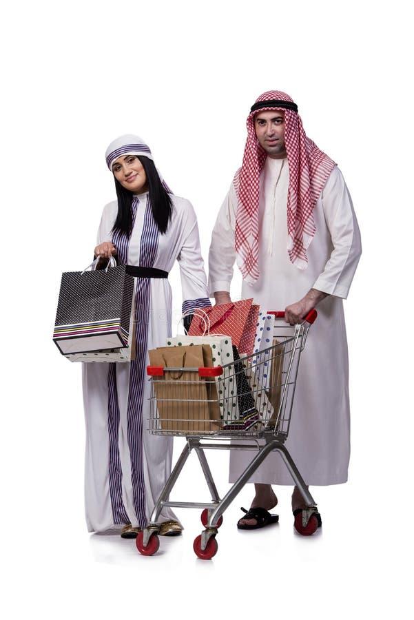 Die glückliche arabische Familie nach dem Einkauf lokalisiert auf Weiß stockfotografie