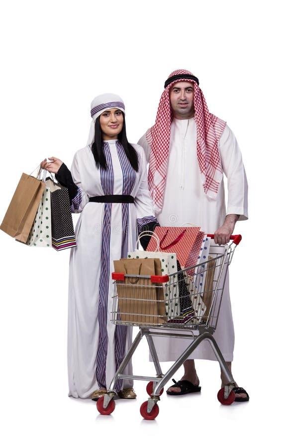 Die glückliche arabische Familie nach dem Einkauf lokalisiert auf Weiß stockbild