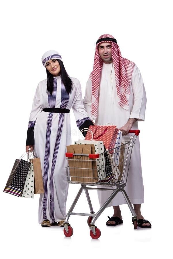 Die glückliche arabische Familie nach dem Einkauf lokalisiert auf Weiß stockfoto
