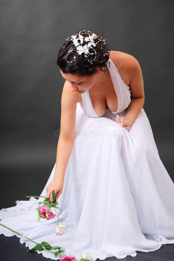 Die glückliche Braut, die aufhebt, blüht stockfotografie