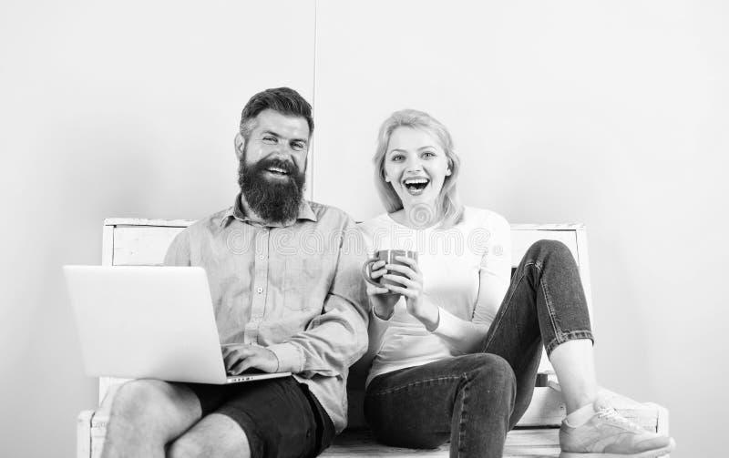 Die glückliche Familie genießen lustigen Videofilm und Lachen Familie wenden Freizeit zusammen auf Paare mit dem Laptop, der geht stockbild