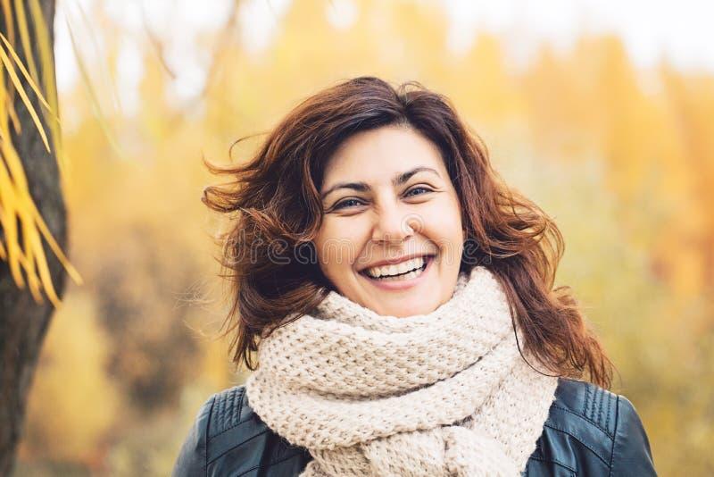 Die glückliche Herbstfrau, die im Fall lacht, parken draußen stockfotos