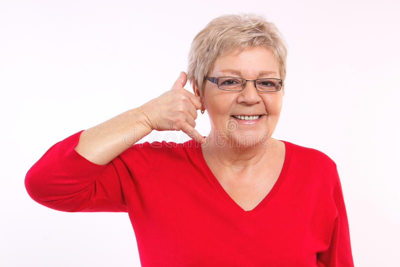 Die glückliche lächelnde ältere Frauenherstellung ruft mich Geste, menschliche Gefühle, Gesichtsausdrücke an lizenzfreie stockfotos