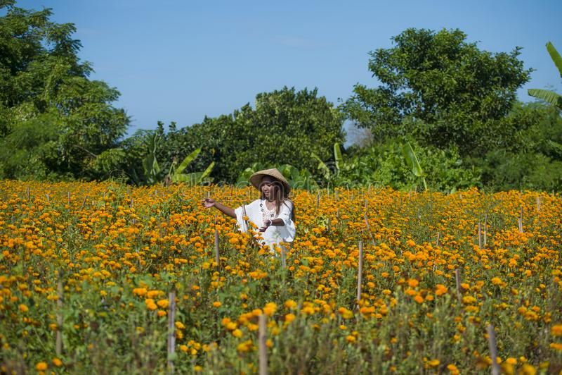 Die glückliche und schöne junge Asiatin, die das traditionelle Hutgenießen trägt, regte die neue Schönheit orange Ringelblumenblu lizenzfreies stockbild