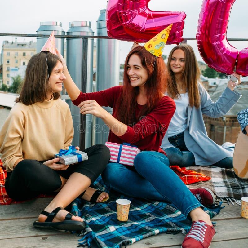 Die glücklichen Mädchen des Geburtstagsfeierspaßes im Freienfeiern stockfotos