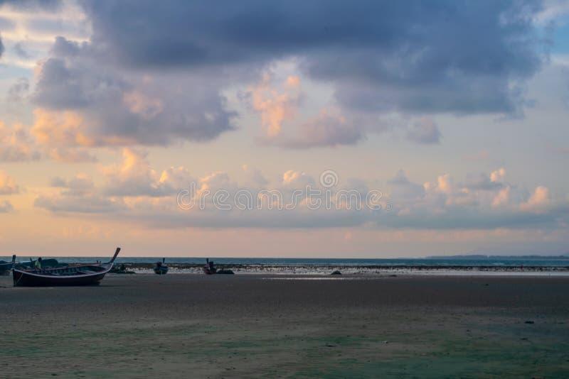 Die Gl?ttung des Strand Meerwassers verringert den Sand stockfoto