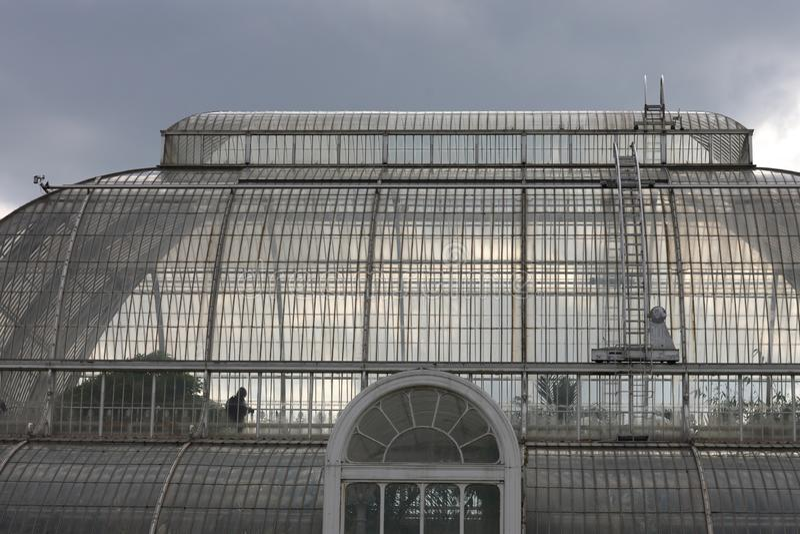 Die Glaskuppel des alten Konservatoriums in den königlichen botanischen Gärten Kew lizenzfreie stockfotografie