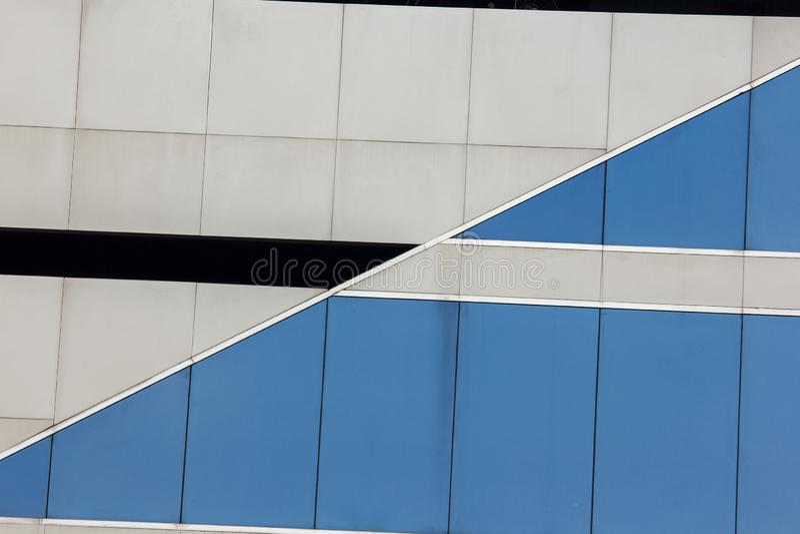 Die Glaswand verwendete, um das Gebäude zu verzieren stockfotos
