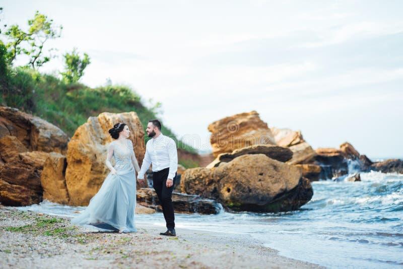 Die gleichen Paare mit einer Braut in einem blauen Kleiderweg stockfoto