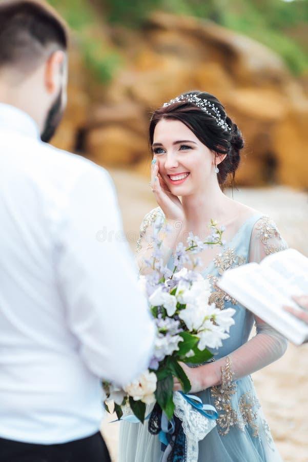 Die gleichen Paare mit einer Braut in einem blauen Kleiderweg lizenzfreie stockfotos