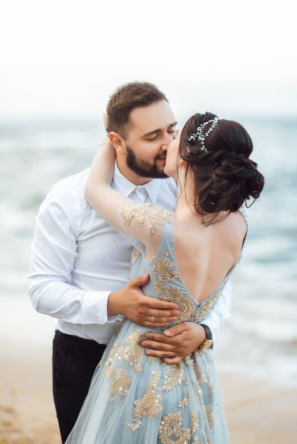 Die gleichen Paare mit einer Braut in einem blauen Kleiderweg stockbild
