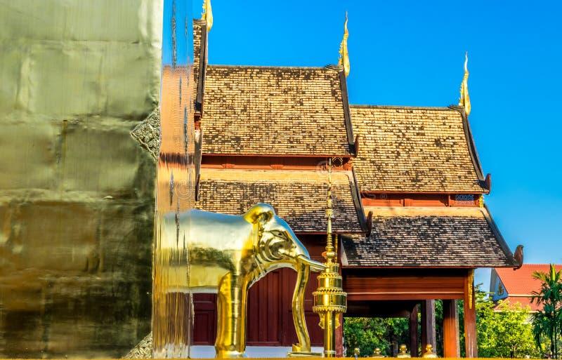 Die goldene Elefantstatue bei Wat Phra Singh, das populäre historische Wahrzeichen des Tempels in Chiang Mai, Thailand stockfotos