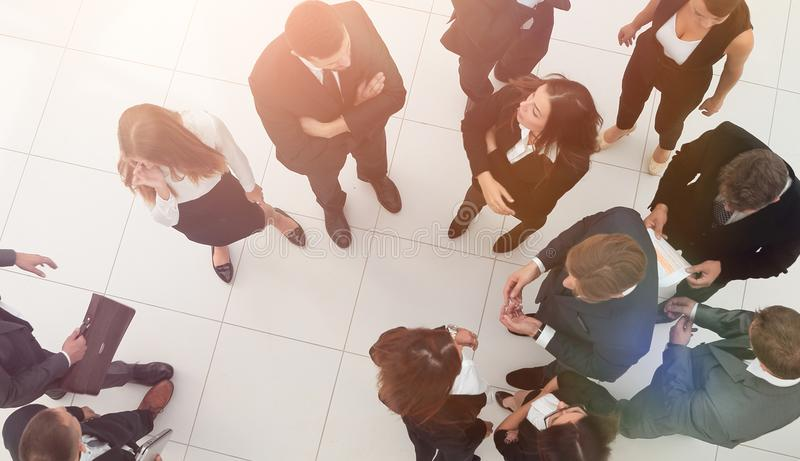 Die goldene Taste oder Erreichen für den Himmel zum Eigenheimbesitze Gruppe Geschäftsleute in der Lobby des Büros stockfotografie