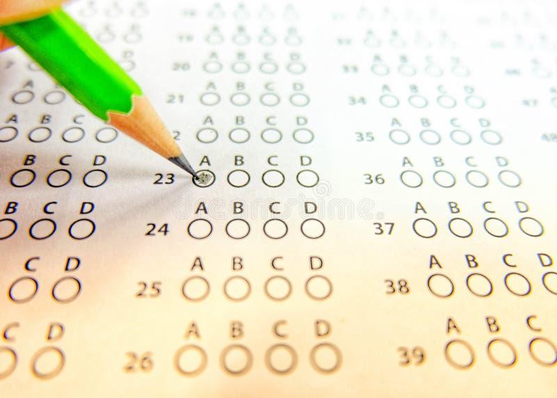 Die grüne Bleistift-Zeichnung wählte Wahl auf Auswertungsformularen, mornin vor stockfoto