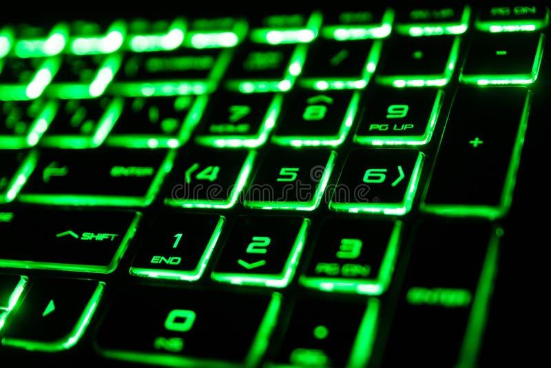 die grüne Leuchtstoffcomputertastatur stockfotos