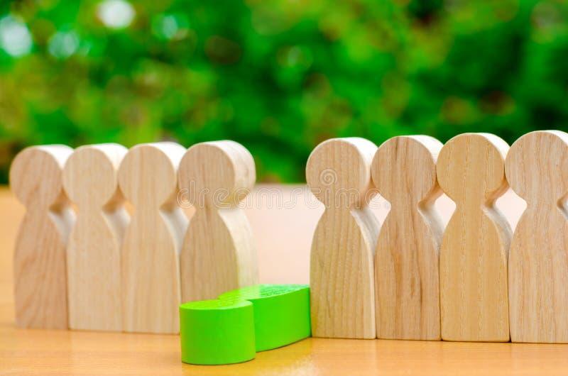 Die gr?ne Zahl eines Mannes f?llt aus der Linie von Leuten heraus Konzept der Angestelltentlassung und des Teammanagements in ein lizenzfreie stockfotografie