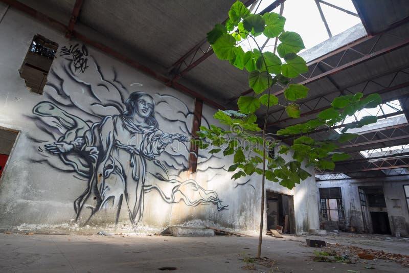 Die Graffiti in verlassener Fabrik stockbild