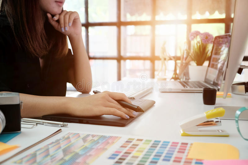 Die Grafikdesignerfrau, die an kreativem Büro mit arbeitet, stellen GR her stockbilder