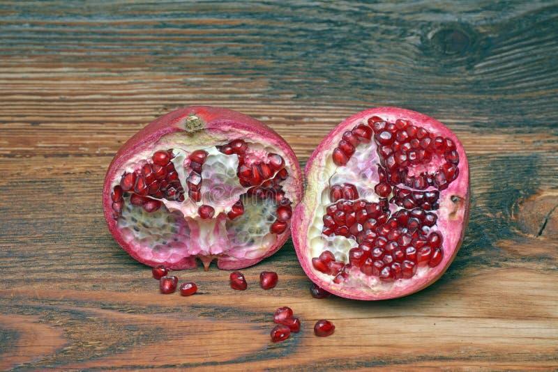 Die Granatäpfel auf hölzernem Hintergrund stockbilder
