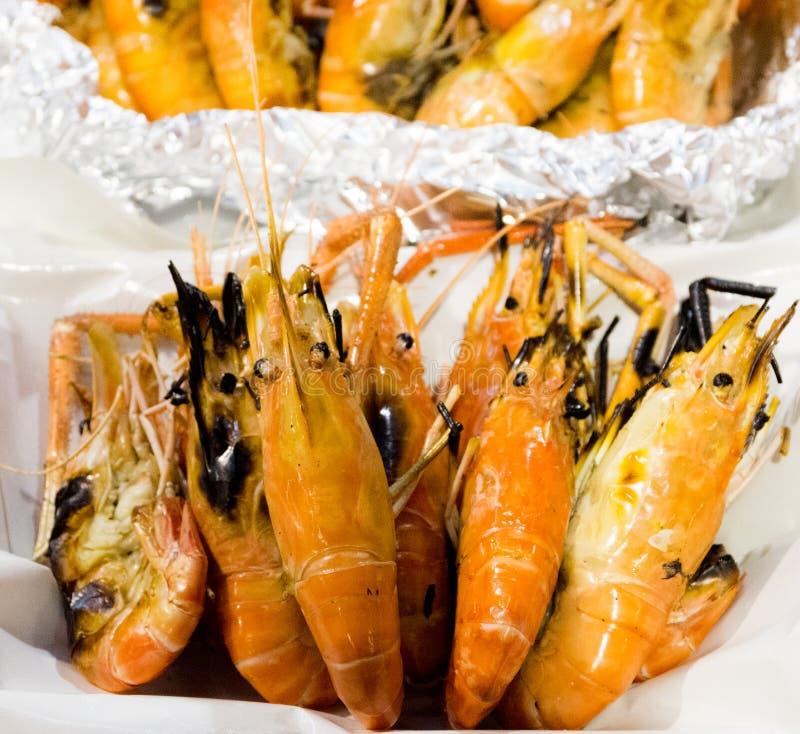 Die Grillgarnele, Meeresfrüchte, gebackene Garnele im Schaumkasten stockfotografie