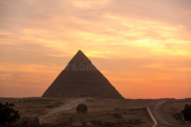 Die große Pyramide auf Sonnenuntergang lizenzfreie stockfotografie