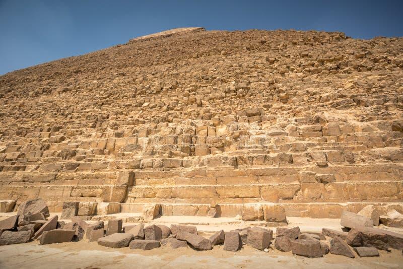 Die große Pyramide mit blauem Himmel stockfoto